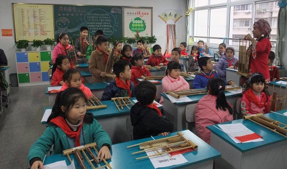 Indah morgan mengajarkan bermain angklung